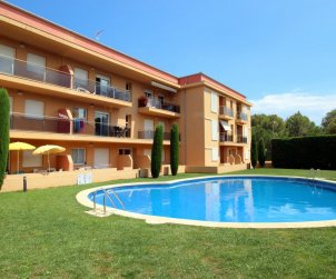 Flat  in l'Escala  for 6 people with communal pool and private parking  p0
