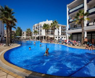Flat  in Cambrils  for 4 people with shared swimming pool in the 1st line of the sea  p0